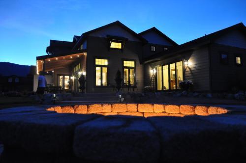 . Lake's Edge Tuscan Lodge