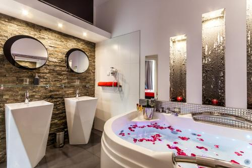 A Hotelcom Komorowski Luxury Guest Rooms Aparthotel