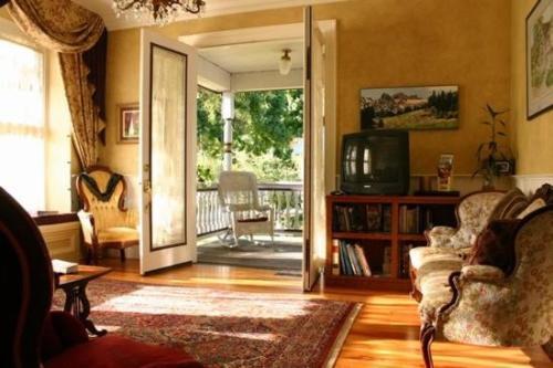 The Whitmore Inn - Weaverville, CA 96093