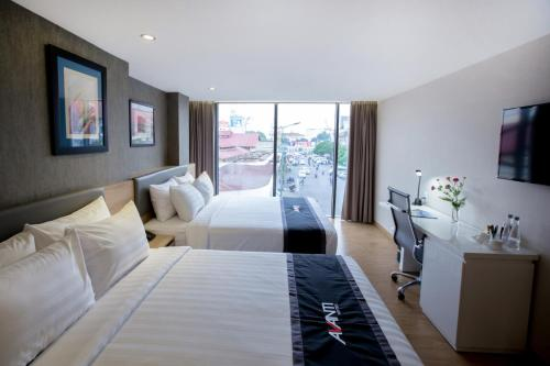 Avanti Family Room with Two Queen Beds with City View