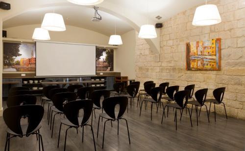 Avda Sant Francesc 6, 17004, Girona, Spain.