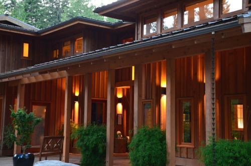 Shades of Jade Inn & Spa - Accommodation - Roberts Creek