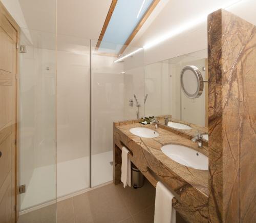 Habitación Doble Superior con aparcamiento gratuito Hotel Real Colegiata San Isidoro 7