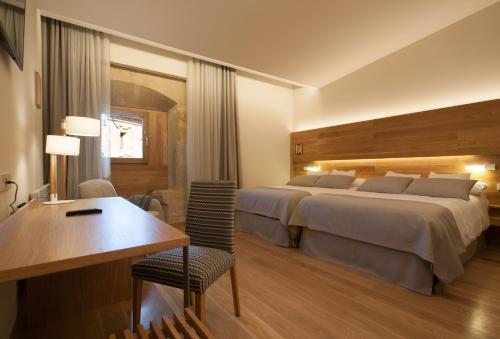 Habitación Doble Superior con aparcamiento gratuito Hotel Real Colegiata San Isidoro 5