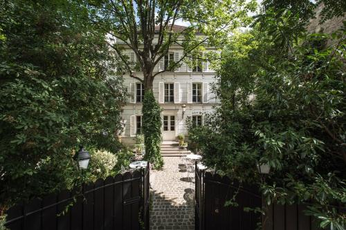 23 avenue Junot, Pavillon D, 75018 Paris, France.