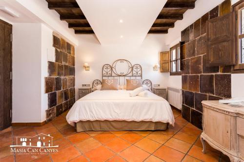 Habitación adaptada para personas con movilidad reducida - Cama grande Masia Can Canyes & Spa 4