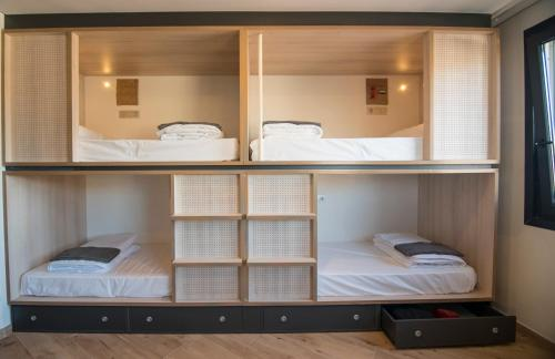 1 Llit en Dormitori Compartit Mixt de 6 Llits amb Bany Compartit (Bed in 6-Bed Mixed Dormitory Room with Shared Bathroom)