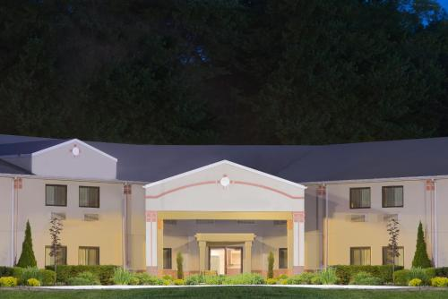 Super 8 By Wyndham Grove City - Mercer, PA 16127