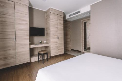 Adelphi Suites Bangkok photo 61