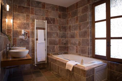 Double Room with Spa Bath Posada Isabel de Castilla 7