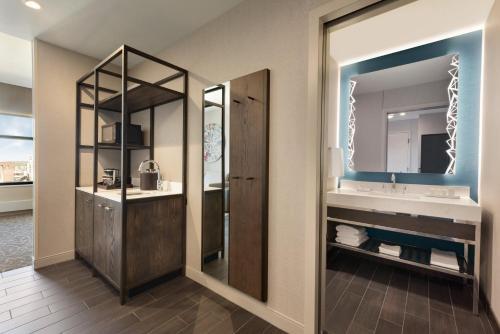 Embassy Suites By Hilton Minneapolis Downtown Hotel - Minneapolis, MN 55402