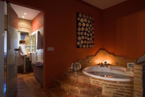 Suite con bañera de hidromasaje Hospedería Señorío de Briñas 7