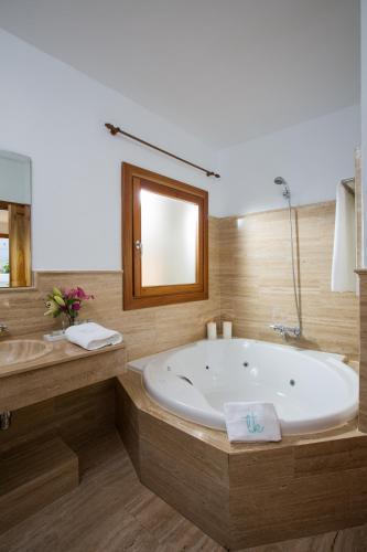 Suite con vistas al mar y bañera de hidromasaje Boutique Hotel El Tio Kiko 10