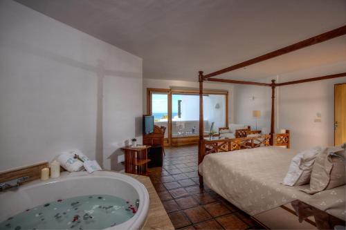 Suite con vistas al mar y bañera de hidromasaje Boutique Hotel El Tio Kiko 9