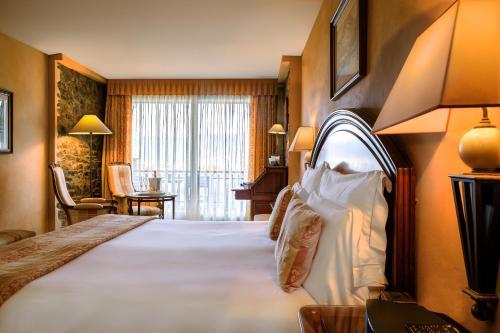 Double Room with Terrace and Spa Access El Castell De Ciutat - Relais & Chateaux 3