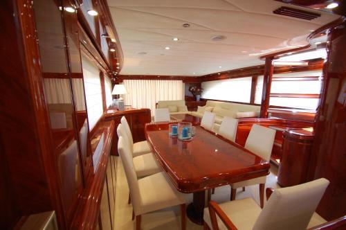 Motor Yacht Dandy photo 7