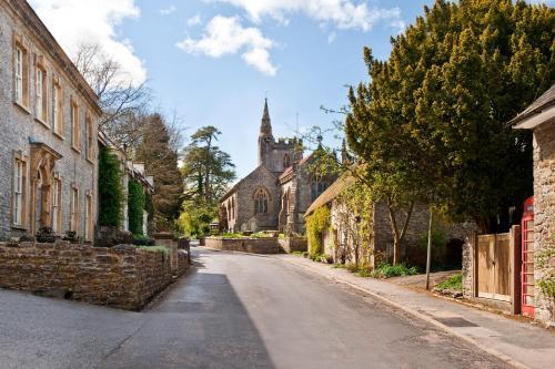 28 Fore Street, Evershot, Dorset, DT2 0JW, England.