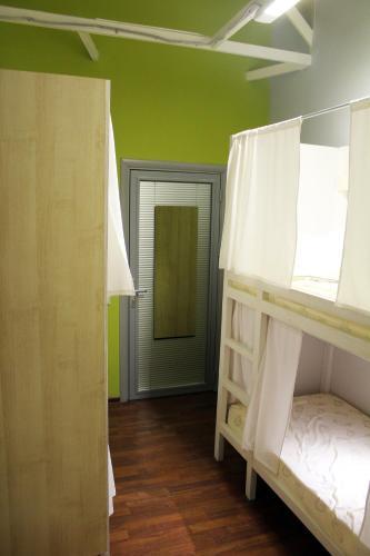 Хостел ПЛЕД на Самотёчной Кровать в общем мужском номере с 5 кроватями
