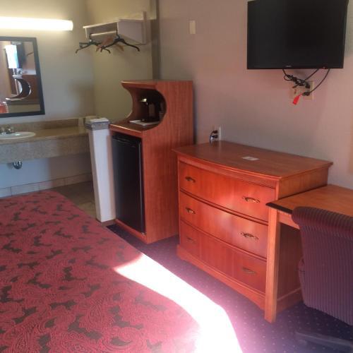 Crown Lodge Motel - Oakland, CA CA 94605