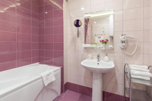 Отель Марель Двухместный номер Делюкс с 1 кроватью и балконом