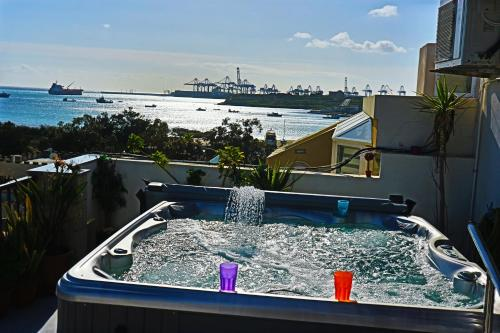 Фото отеля Stunning Views 4 Bedrooms Penthouse in Marsaxlokk