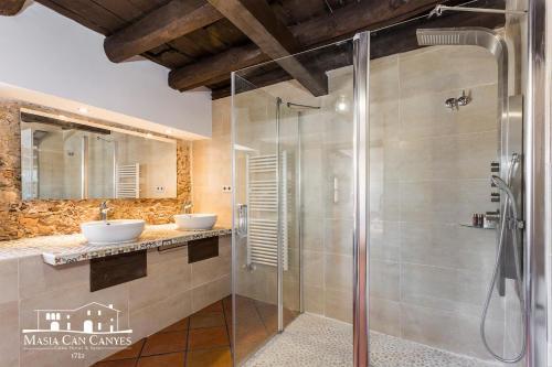 Habitación adaptada para personas con movilidad reducida - Cama grande Masia Can Canyes & Spa 5
