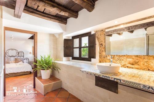 Habitación adaptada para personas con movilidad reducida - Cama grande Masia Can Canyes & Spa 2