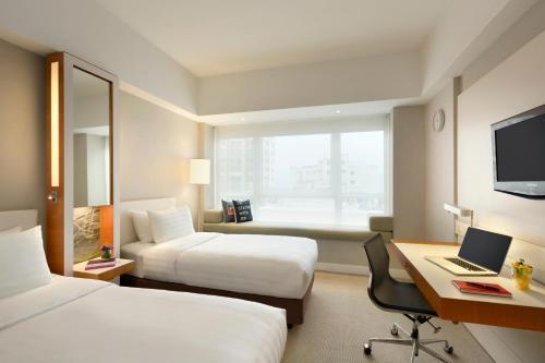 Hotel Jen Hong Kong Улучшенный двухместный номер с 2 отдельными кроватями и видом на город