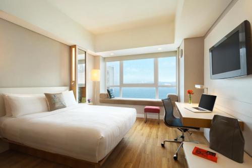 Hotel Jen Hong Kong Клубный номер с кроватью размера «queen-size» и видом на гавань