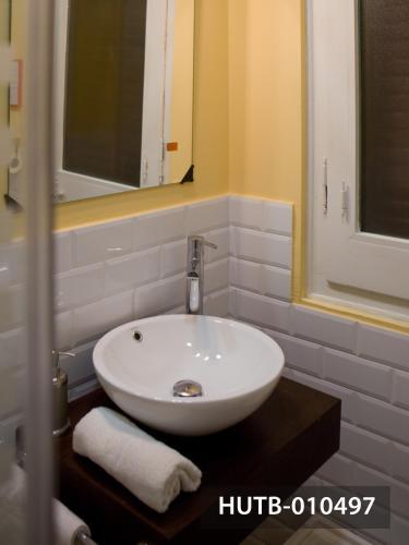 Modernist Marina Apartment photo 31