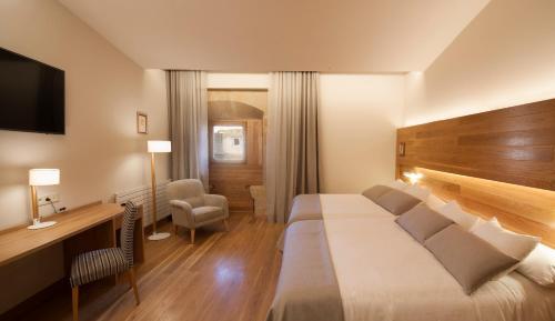 Habitación Doble Superior con aparcamiento gratuito Hotel Real Colegiata San Isidoro 20