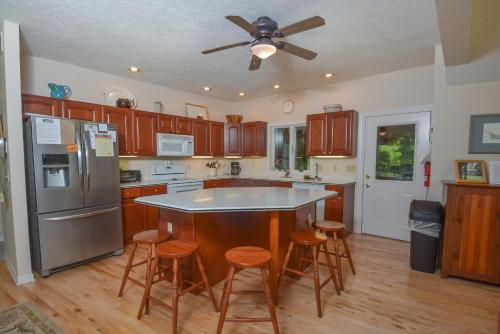 Clear View Four-Bedroom Holiday Home - Oakland, MD 21550