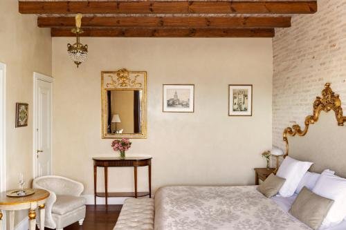 Deluxe Room with Terrace and Jacuzzi® Hotel Casa 1800 Sevilla 32