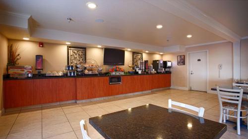 Best Western Inn & Suites Lemoore - Lemoore, CA 93245