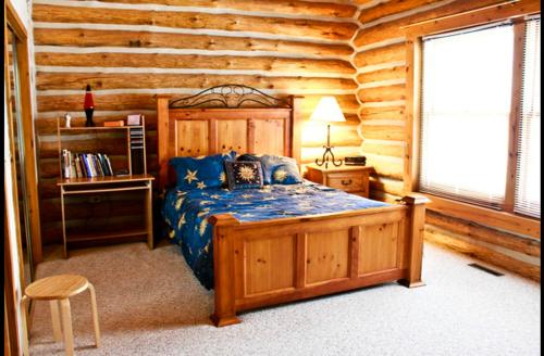 Deluxe Double Room with Bath Waterfront Hidden Pines Log Cabin