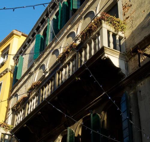 Calle dei Botteri 1569, Venice, 30125.