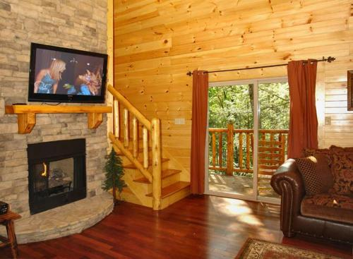 Black Bear Hideaway Cabin - Two Bedroom Holiday Home