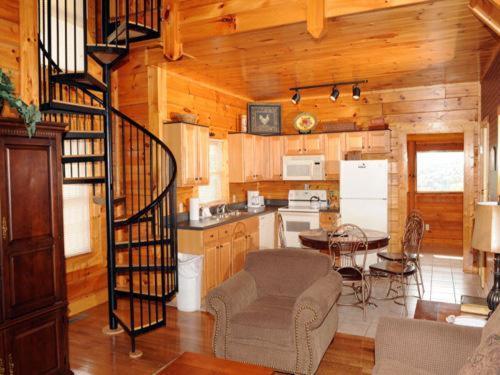 Bear Hyde- Three-Bedroom Cabin - Pigeon Forge, TN 37863