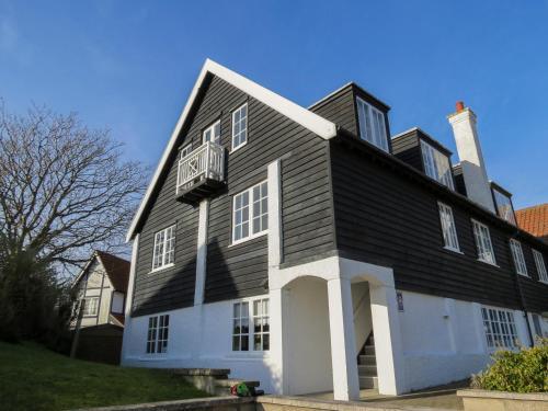 . Ogilvie Lodge Apartment