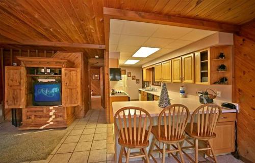 Above the Clouds II- Four-Bedroom Cabin - Gatlinburg, TN 37738