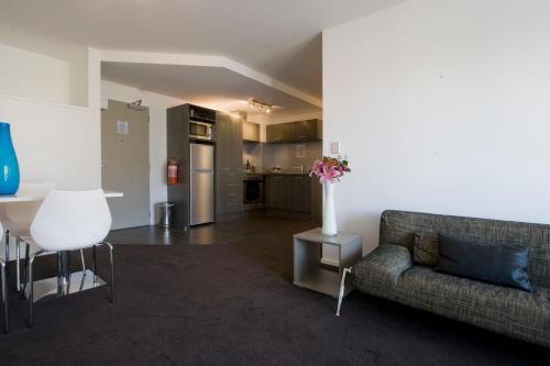 Bianco Off Queen Apartments