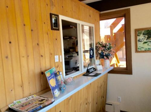 . Budget Host Inn - Iron Mountain
