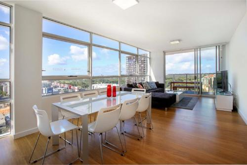 Moore to See - Modern and Spacious 3BR Zetland Apartment with Views over Moore Park