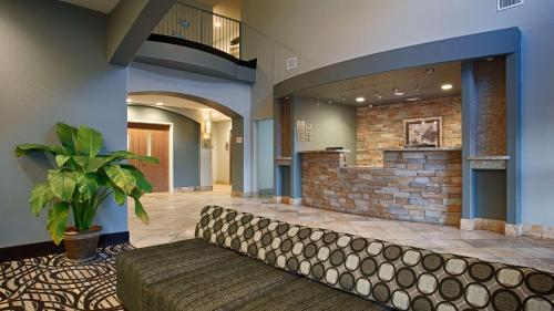 Best Western Plus Sand Bass Inn & Suites - Madill, OK 73446