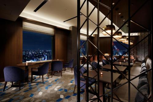 Club level, Guest room, 1 King, City view, High floor