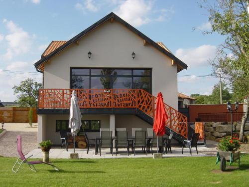 Holiday Home in Gondrecourt-le-Chateau with Pool - Location saisonnière - Gondrecourt-le-Château