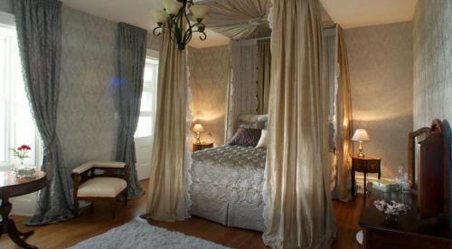 Maplehurst Manor, Leeds and Grenville
