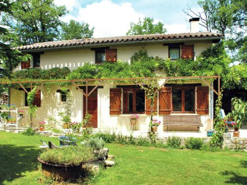 . Cosy Holiday Home in Parisot with Swimming Pool