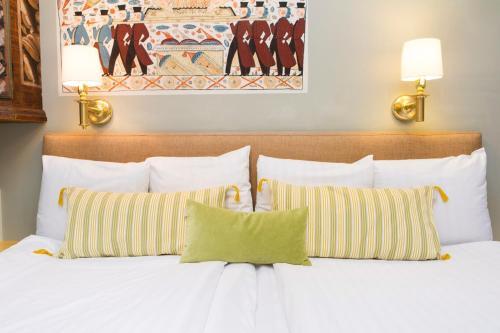 Collector's Lady Hamilton Hotel photo 32