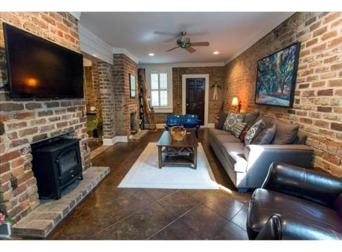 Wandering Artist - Three-Bedroom - Savannah, GA 31401